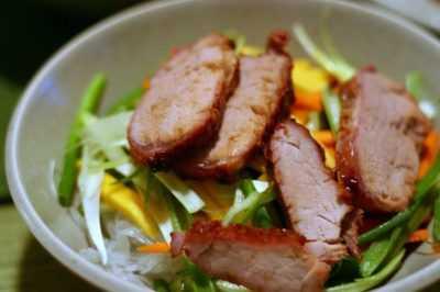 Салат с фунчозой и жареной свининой — просто и вкусно на каждый день