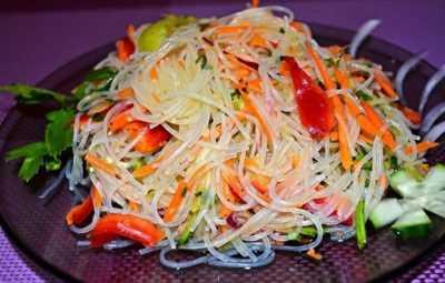 Салат с фунчозой и овощами — просто и вкусно на каждый день