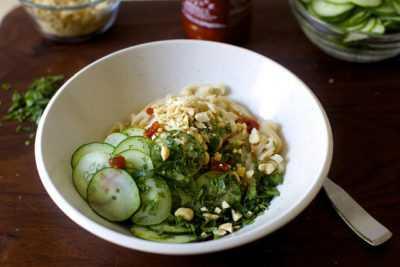 Салат с фунчозой с огурцом — просто и вкусно на каждый день