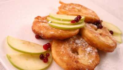 Оладьи с яблоками на молоке — просто и вкусно на каждый день